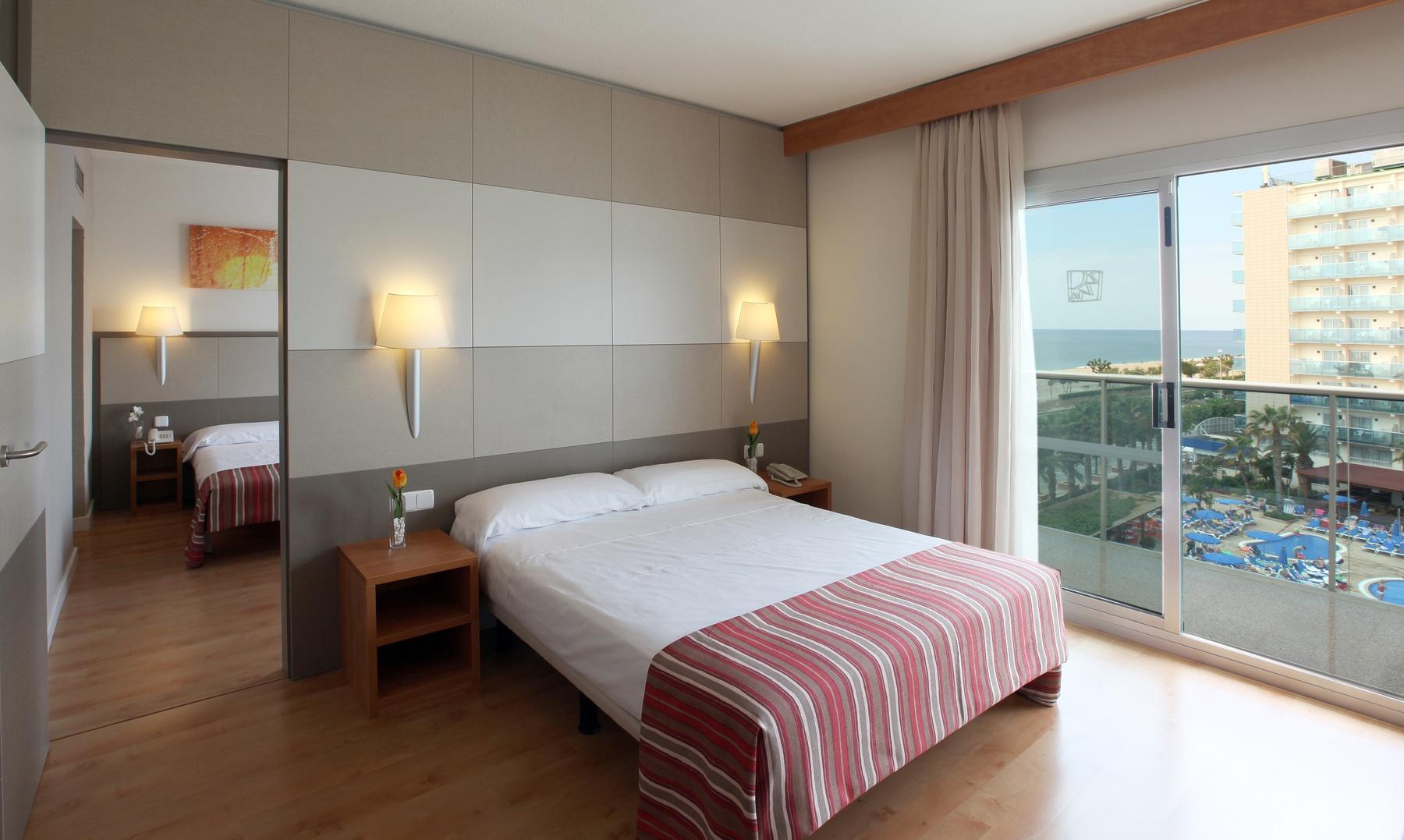 hotels platja habitacions familiars Costa Barcelona piscina